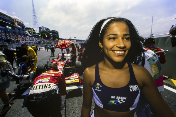 Grid girl beside Jacques Villeneuve, Williams FW20 Mecachrome.