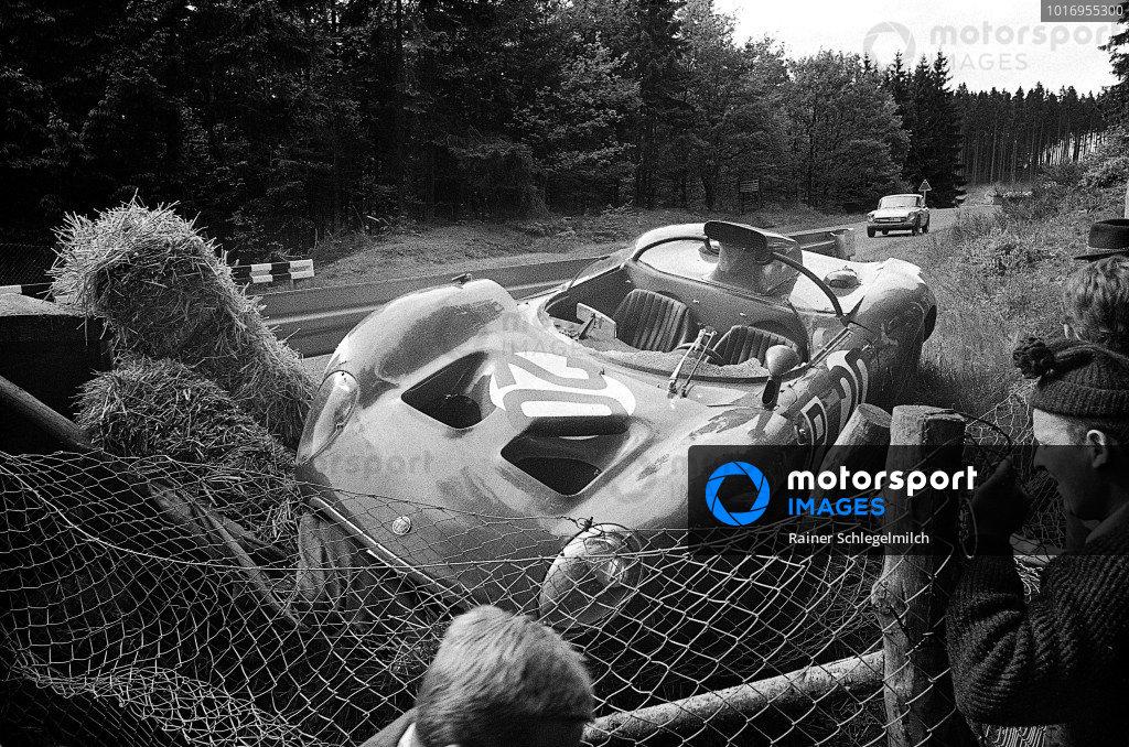 Andrea de Adamich / Nanni Galli, Autodelta SpA, Alfa Romeo T33 suffered damage during practice.