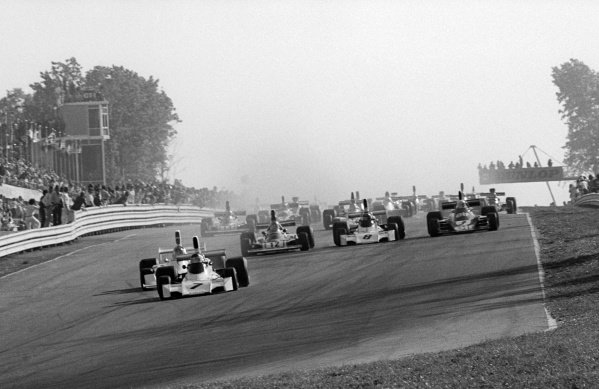 Pole sitter and race winner Carlos Reutemann (ARG) Brabham BT44 leads at the start of the race.