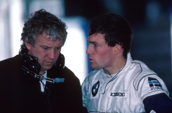 Andrea de Cesaris(ITA) and Charlie Whiting, left