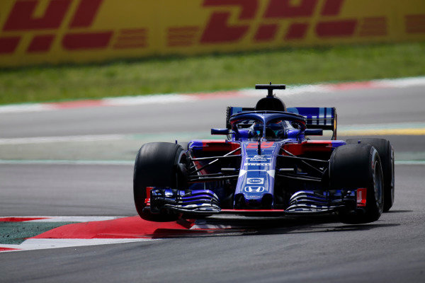 Brendon Hartley, Toro Rosso STR13 Honda, jumps over a kerb.