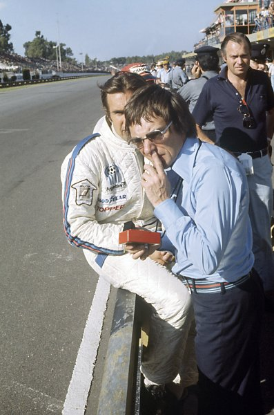 1975 Argentinian Grand Prix.Buenos Aires, Argentina. 12 January 1975.Bernie Ecclestone and Carlos Reutemann, Brabham BT44B-Ford, 3rd position, on the pit wall, portrait.World Copyright: LAT PhotographicRef: 35mm transparency 75ARG