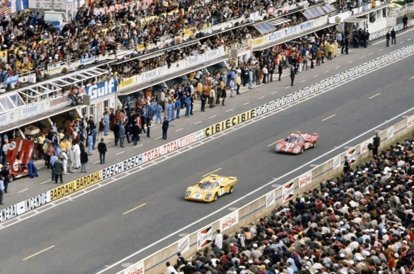 1971 Le Mans 24 hours. Le Mans, France. 12-13 June 1971. Hughes de Fierlandt/Alain de Cadenet leads Sam Posey/Tony Adamovicz (both Ferrari 512M) passed the pits. Posey/Adamovicz finished in 3rd position. World Copyright: LAT Photographic Ref: 71LM27