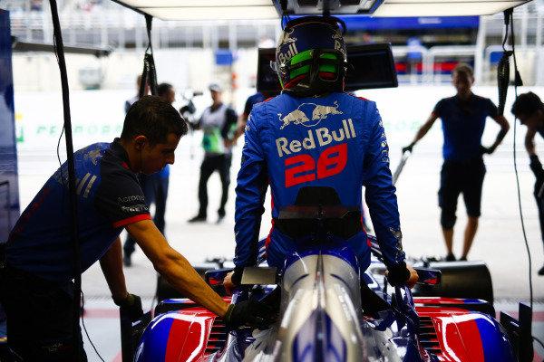Brendon Hartley, Toro Rosso, enters his cockpit.