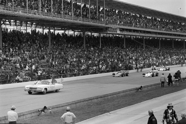 Cars circulate behind the pace car, led by Mark Donohue, Penske Racing, Eagle 72 Offenhauser, Bobby Unser, All American Racers/Oscar Olson, Eagle 73 Offenhauser, and Mario Andretti, Vel Miletich, Parnelli VPJ-2 Offenhauser.