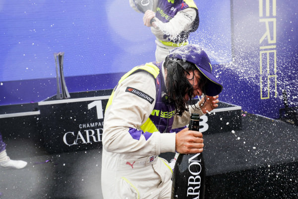 Jamie Chadwick (GBR) celebrates on the podium with the champagne