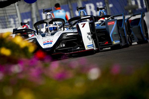 Jose Maria Lopez (ARG), GEOX Dragon Racing, Penske EV-3, leads Felipe Massa (BRA), Venturi Formula E, Venturi VFE05