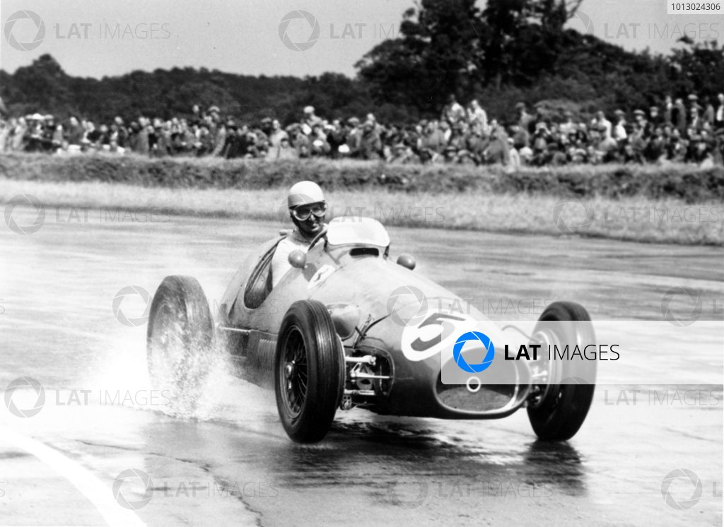 1953 British Grand Prix. Silverstone, Great Britain. 18 July 1953. Alberto Ascari, Ferrari 500, 1st position, action. World Copyright: LAT Photographic Ref: 53/77/7A