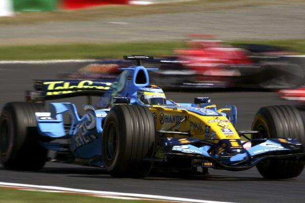 2006 Japanese Grand Prix - Saturday Practice Suzuka, Japan. 5th - 8th October 2006 Giancarlo Fisichella, Renault R26, leads Vitantonio Liuzzi, Toro Rosso STR01-Cosworth, action. World Copyright: Charles Coates/LAT Photographic. ref: Digital Image ZK5Y6547
