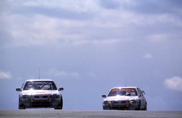 Donington, England. 4th - 5th April 1999. Rd 1&2. David Leslie leads Laurent Aiello, (Nissan Primera GT), action.  World Copyright: LAT Photographic.  Ref: 99BTCCDONINGTON03