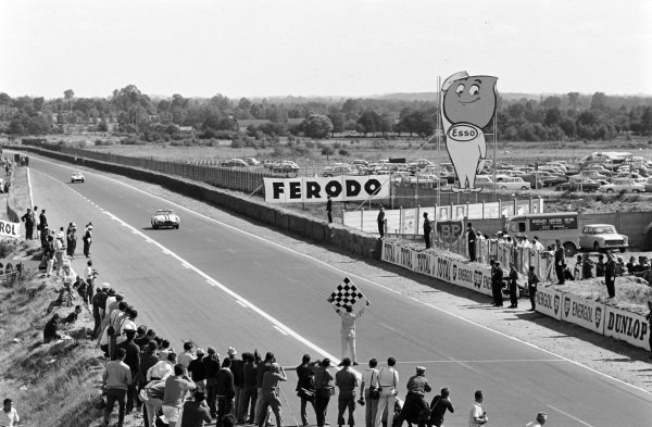 Ed Hugus / George Reed, SpA Ferrari SEFAC, Ferrari 250 GT SWB Experimental Bertone, approaches the finish line where the chequered flag is waiting to be waved.