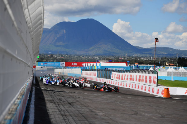 Oliver Rowland (GBR), Nissan e.Dams, Nissan IMO2, leads Pascal Wehrlein (DEU), Tag Heuer Porsche, Porsche 99X Electric, Edoardo Mortara (CHE), Venturi Racing, Silver Arrow 02, Jake Dennis (GBR), BMW I Andretti Motorsport, BMW iFE.21, and the rest of the field at the start