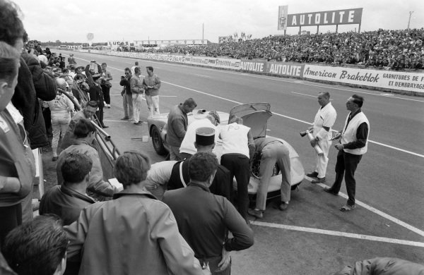 Ronnie Bucknum / Richard Hutcherson, Holman & Moody, Ford Mk II, makes a pitstop.