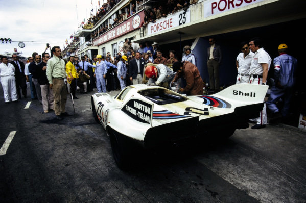 Dr. Helmut Marko / Gijs van Lennep, Martini International Racing Team, Porsche 917 K, makes a pitstop.