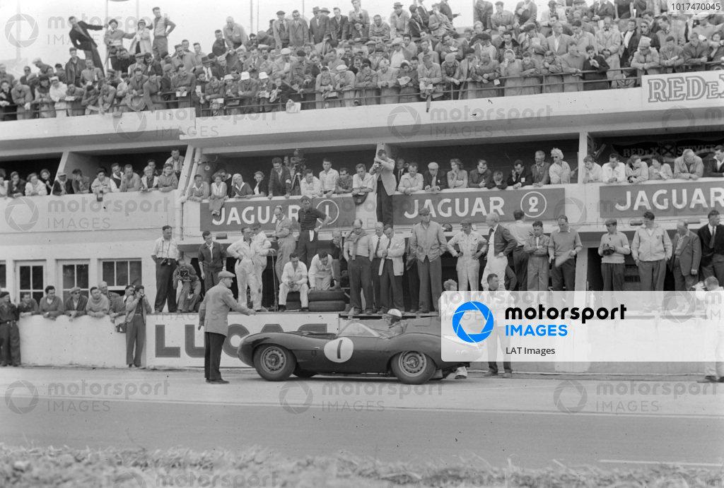 Mike Hawthorn / Ivor Bueb, Jaguar Cars, Jaguar D-type, makes a pitstop.