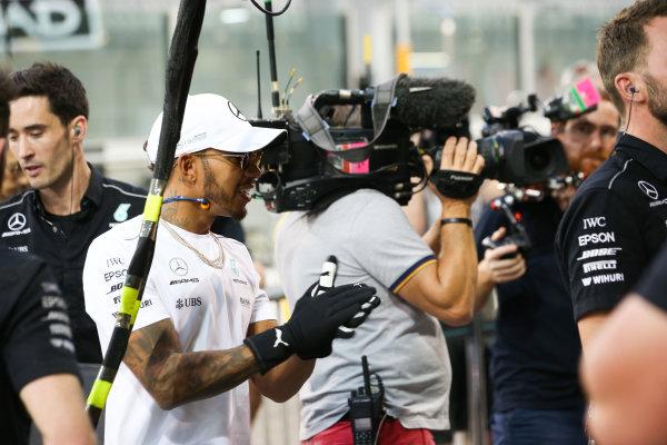 Yas Marina Circuit, Abu Dhabi, United Arab Emirates. Thursday 23 November 2017. Lewis Hamilton, Mercedes AMG, joins in with the practice pitstops. World Copyright: Charles Coates/LAT Images  ref: Digital Image AN7T0404