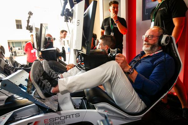 Yas Marina Circuit, Abu Dhabi, United Arab Emirates. Sunday 26 November 2017. Liam Cunningham tries the E-Sports simulators. World Copyright: Andy Hone/LAT Images  ref: Digital Image _ONZ1127