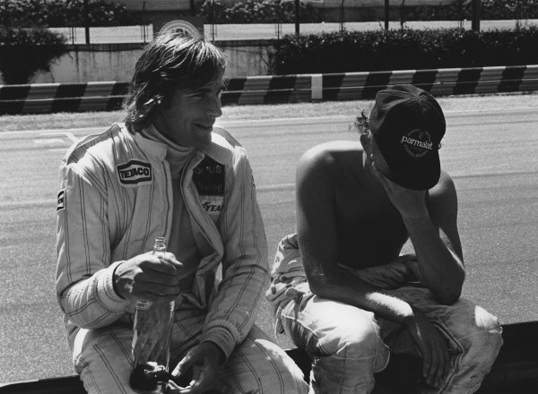 Buenos Aires, Argentina. 19th - 21st January 1979. James Hunt (Wolf WR7-Ford), retired, shares a joke with Niki Lauda (Brabham BT48-Alfa), retired, in the pits, portrait.  World Copyright: LAT Photographic.  Ref:  12098 - 14.