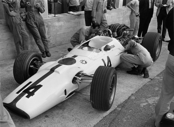 Monza, Italy. 10 September 1967.John Surtees, Honda RA300, 1st position, in the pts, action.World Copyright: LAT PhotographicRef: B/W Print.