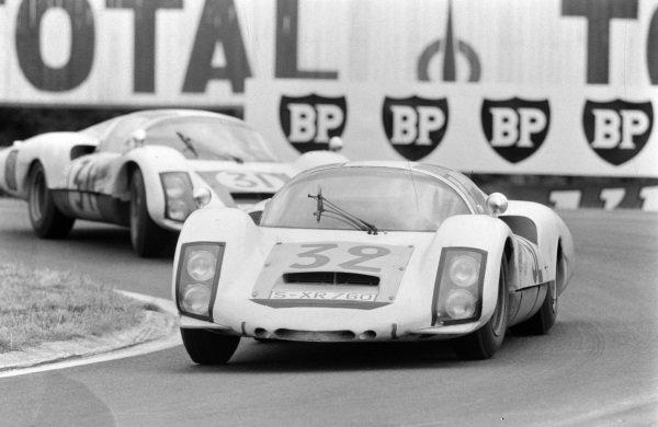 Udo Schütz / Piet de Klerk, Porsche System Engineering, Porsche 906/6 Carrera 6 Langheck, leads Hans Herrmann / Herbert Linge, Porsche System Engineering, Porsche 906/6 Carrera 6 Langheck.