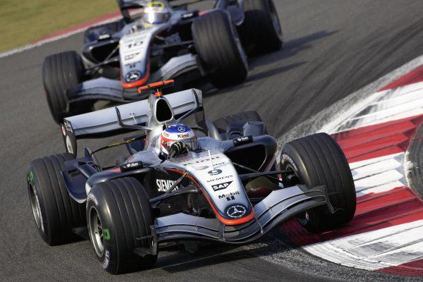 Kimi Räikkönen, McLaren MP4-20 Mercedes leads Juan Pablo Montoya, McLaren MP4-20 Mercedes.