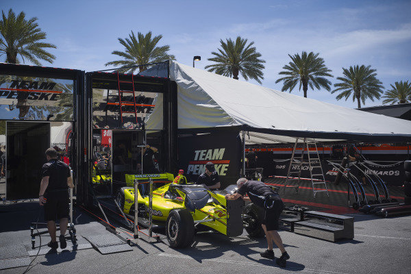 #22 Simon Pagenaud, Team Penske Chevrolet team packs up