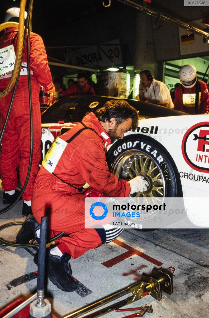 Yannick Dalmas / Hurley Haywood / Mauro Baldi, Le Mans Porsche Team, Dauer Porsche 962 GT LM - Porsche 935/82, wheel change and pit stop at night.