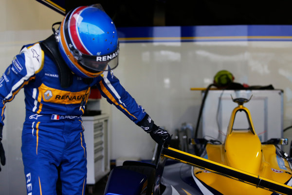 FIA Formula E Championship 2015/16. Beijing ePrix, Beijing, China. Nicolas Prost (FRA), Renault e.Dams Z.E.15, returns to the pit lane with a collapsed rear wing Race Beijing, China, Asia. Saturday 24 October 2015 Photo: Sam Bloxham / LAT / FE ref: Digital Image _SBL7807