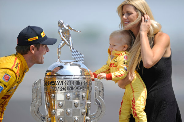 26 May, 2014, Indianapolis, Indiana, USA Winner Ryan Hunter-Reay, son Ryden and wife Beccy with the Borg-Warner Trophy. ?2014, F. Peirce Williams LAT Photo USA