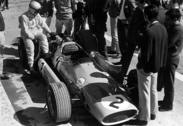 1968 Spanish Grand Prix.Jarama, Spain. 12 May 1968.Bruce McLaren, McLaren M7A-Ford, retired, in the pitlane, action.World Copyright: LAT PhotographicRef: 811B #21