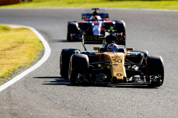 Suzuka Circuit, Japan. Sunday 08 October 2017. Jolyon Palmer, Renault R.S.17, leads Pierre Gasly, Toro Roso STR12 Renault. World Copyright: Glenn Dunbar/LAT Images  ref: Digital Image _X4I8504