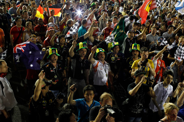 Marina Bay Circuit, Singapore. Sunday 22nd September 2013.  Fans cheering during the podium ceremony.  World Copyright: Glenn Dunbar/LAT Photographic. ref: Digital Image _G7C9716