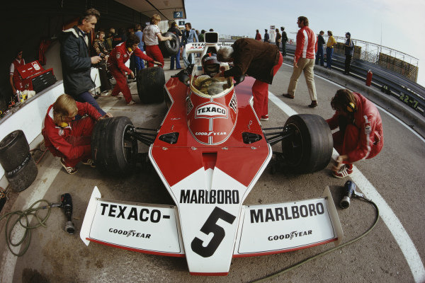 Teddy Mayer talks to Emerson Fittipaldi, McLaren M23 Ford, in the pits.
