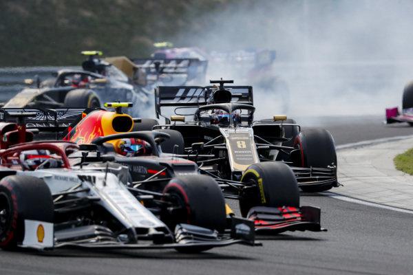 Kimi Raikkonen, Alfa Romeo Racing C38, battles with Pierre Gasly, Red Bull Racing RB15, and Romain Grosjean, Haas VF-19, at the start