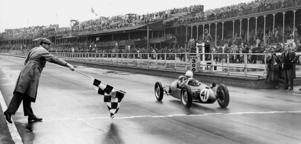 Aintree, England. 1st - 2nd October 1954.Stirling Moss (Beart-Cooper MkVIIA), 1st position, takes the chequered flag in the 500cc support race, action. World Copyright: LAT PhotographicRef: Autocar Used Pic 4th June 1954 Pg 792.