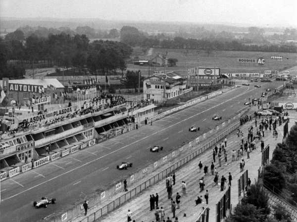 1967 French Grand Prix.Le Mans-Bugatti, France. 2 July 1967.Graham Hill, Lotus 49-Ford, retired, leads passed the pits, action.World Copyright: LAT PhotographicRef: Autosport b&w print