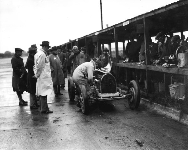 Brooklands, Great Britain.1st October 1927. Count Caberto Conelli (Bugatti T39A), pit stop, action.  World Copyright: LAT Photographic.  Ref:  Autocar Glass Plate A8706.