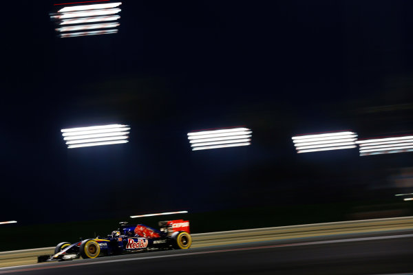 Yas Marina Circuit, Abu Dhabi, United Arab Emirates. Sunday 29 November 2015. Max Verstappen, Toro Rosso STR10 Renault. World Copyright: Alastair Staley/LAT Photographic. ref: Digital Image _R6T4063
