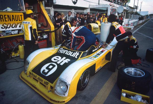 Le Mans, France. 11th - 12th June 1977.Jean-Pierre Jabouille/Derek Bell (Renault Alpine A442), retired, pit stop action. World Copyright: LAT Photographic.Ref:  77LM