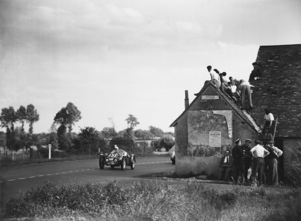 Le Mans, France. 24th - 25th June 1950. George Phillips / Eric Winterbottom (MG), 18th position, action. World Copyright: LAT Photographic Ref: Autocar Glass Plate C27259.