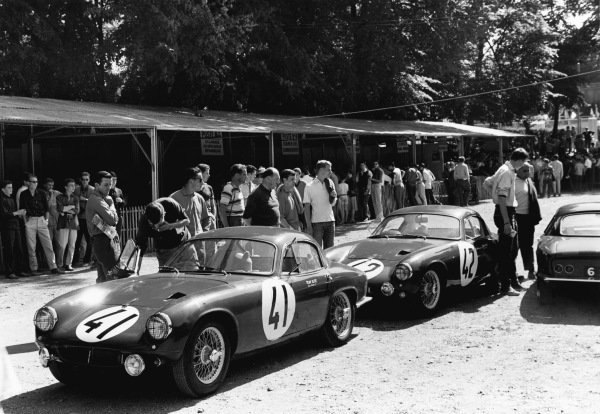 Le Mans, France. 25th - 26th June 1960 John Wagstaff/Tony Marsh (Lotus Elite), 14th position, with David Buxton/Bill Allen (Lotus Elite), retired, in th epaddock before the race, action. World Copyright: LAT Photographic Ref:  8691AA - 13A.