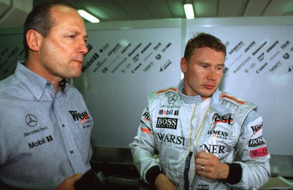 2001 Spanish Grand Prix Catalunya, Barcelona, Spain.  27-29 April 2001. TAG McLaren Group Chairman and C.E.O. Ron Dennis with driver Mika Hakkinen (McLaren Mercedes). World Copyright - LAT Photographic ref: 35mm Image
