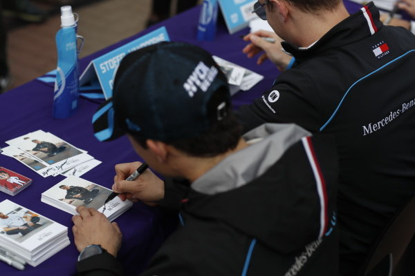 Nyck De Vries (NLD), Mercedes Benz EQ signs autographs