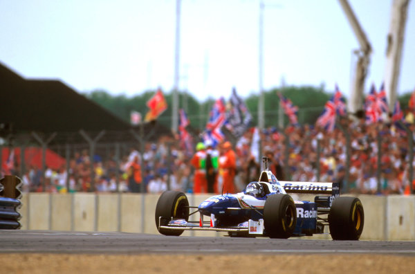 Silverstone, England.12-14 July 1996.Damon Hill (Williams FW18 Renault) went off into the gravel at Copse when his wheel nut became loose.Ref-96 GB 21.World Copyright - LAT Photographic