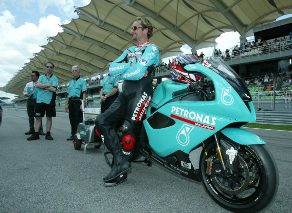 2003 Malaysian Grand Prix. Sepang, Kuala Lumpur, Malaysia.21-23 March 2003.Carl Fogarty (Foggy Petronas Racing) rests up against the Foggy FP1 bike that his team is running in this years World Superbike Championship.World Copyright - LAT Photographic ref: Digital Image Only