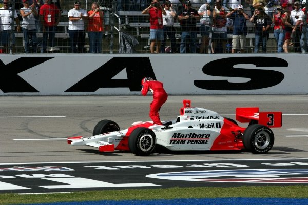 Race winner Helio Castroneves (BRA), Marlboro Team Penske Dallara Toyota, jumps out of his car and runs to the fence for his traditional celebratory Spiderman fence climb.IRL IndyCar Series, Rd16, Chevy 500, Texas Motor Speedway, Fort Worth, Texas, USA. 17 October 2004.DIGITAL IMAGE