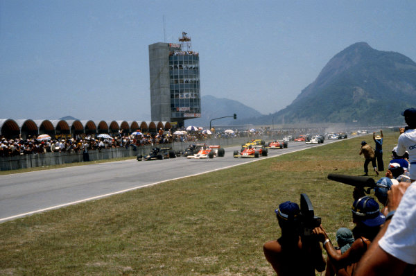Jacarepagua, Rio de Janeiro, Brazil. 27-29 January 1978. Ronnie Peterson ( Lotus 78-Ford), leads James Hunt (McLaren M26-Ford) and Carlos Reutemann (Ferrari 312T2), at the start of the race, action.  World Copyright: LAT Photographic. Ref: 78BRA31