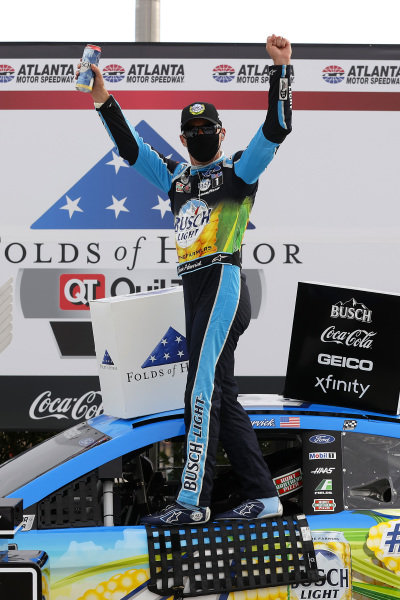 Race winner Kevin Harvick, Stewart-Haas Racing Ford Busch Light For The Farmers, Copyright: Chris Graythen/Getty Images.