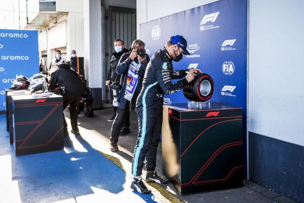 Pole Sitter Valtteri Bottas, Mercedes-AMG Petronas F1 signing the Pirelli Pole Position AwarDrivers in Parc Ferme