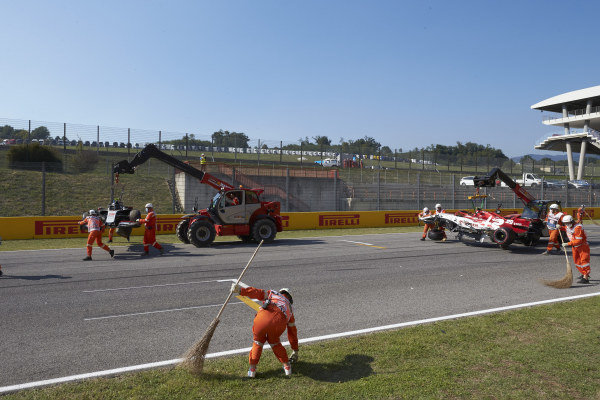The marshals clear up the track following an incident involving Kevin Magnussen, Haas VF-20 and Antonio Giovinazzi, Alfa Romeo Racing C39